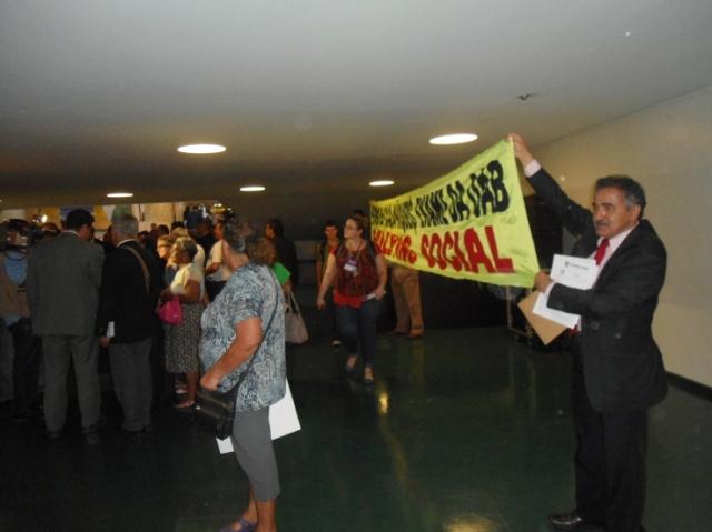 Vasco Vasconcelos (OBB) segura sua faixa contra exame